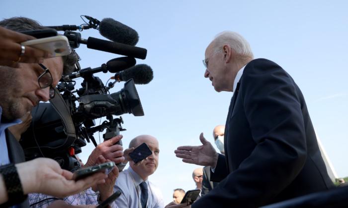 El presidente Joe Biden responde a las preguntas de los miembros de la prensa antes de salir de la Casa Blanca en Washington el 25 de mayo de 2021. (Win McNamee/Getty Images)