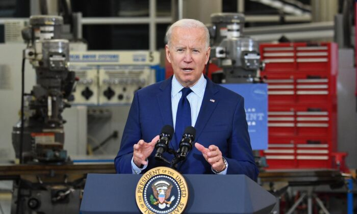 El presidente Joe Biden habla sobre la economía en el Centro Tecnológico de Fabricación del Cuyahoga Community College en Cleveland, Ohio, el 27 de mayo de 2021. (Nicholas Kamm/AFP vía Getty Images)