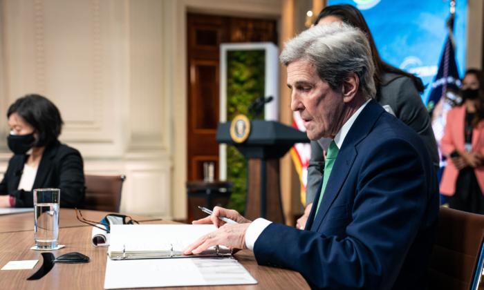 Kerry dice que los abusos del PCCh a los DD.HH. son un 'problema' para el plan climático de EE.UU.