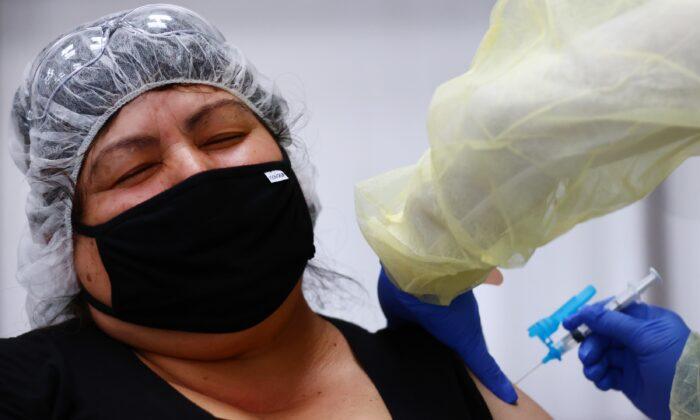 Eloina Galvez recibe una dosis única de la vacuna contra COVID-19 de Johnson & Johnson en una clínica dirigida a trabajadores agrícolas en Riverside, California, el 5 de abril de 2021. (Mario Tama/Getty Images)