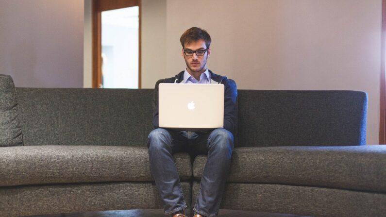 El tiempo que pasamos sentados frente a una pantalla se asocia de forma sistemática y negativa con el bienestar subjetivo.   Imagen ilustrativa. (StartupStockPhotos /   Pixabay)