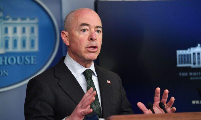 El secretario del Departamento de Seguridad Nacional, Alejandro Mayorkas, ofrece una conferencia de prensa en la Sala Brady, de la Casa Blanca, en Washington, el 11 de mayo de 2021. (Nicholas Kamm/AFP a través de Getty Images)