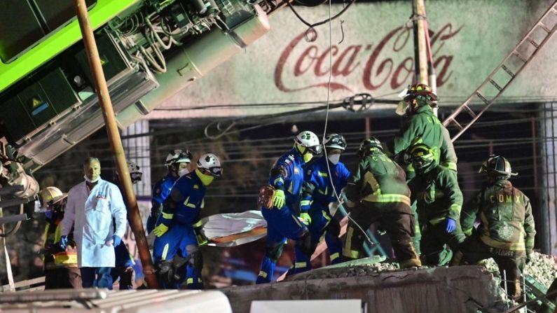 Los trabajadores de rescate retiran un cuerpo de un vagón de tren después de que una línea de metro elevado se derrumbó en la Ciudad de México, México, el 4 de mayo de 2021. (Pedro Pardo/AFP vía Getty Images)
