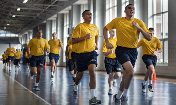 Para aquellos que se enlistaron en las fuerzas armadas, el campo de entrenamiento militar sirve de transición a la masculinidad. Arriba, los reclutas corren durante una sesión del campamento militar de la Marina de los Estados Unidos en Great Lakes, Illinois. (Spencer Fling/U.S. Navy)