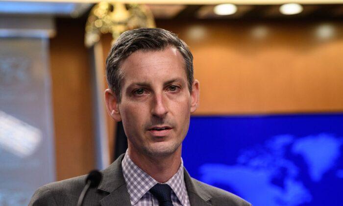 El portavoz del Departamento de Estado, Ned Price, habla durante una conferencia de prensa en el Departamento de Estado en Washington el 25 de febrero de 2021. (Nicholas Kamm/Pool/AFP vía Getty Images)