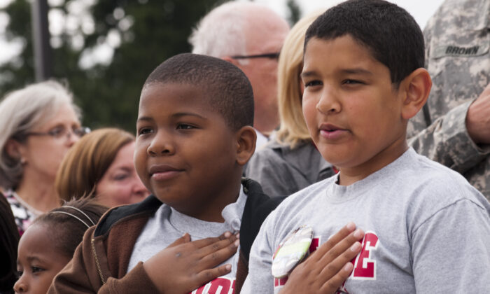 Los niños recitan el Juramento a la Bandera durante la ceremonia de inauguración de las nuevas escuelas primarias en la Base Conjunta Lewis-McChord, en Washington, 30 de julio de 2012. (Foto del Ejército de EE.UU. por el Sargento Bernardo Fuller)