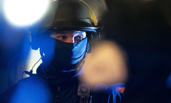 Un agente de la Oficina de Policía de Portland. (Nathan Howard/Getty Images)