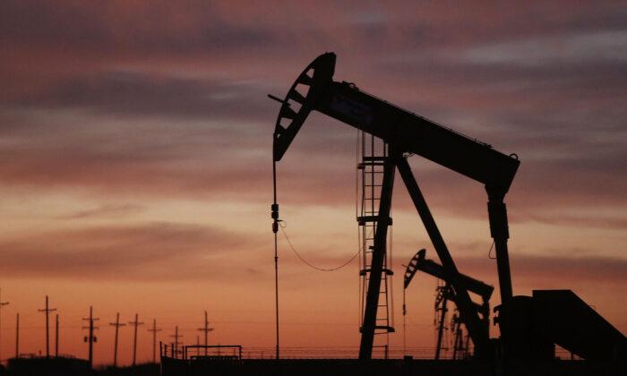 Un pumpjack de petróleo opera al amanecer en el campo petrolero de Permian Basin el 20 de enero de 2016 en la ciudad petrolera de Andrews, Texas. (Spencer Platt/Getty Images)