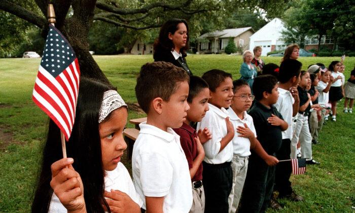 Una clase de estudiantes hispanos recita el juramento a la Bandera durante un servicio conmemorativo el 11 de septiembre en la Escuela Primaria Birdwell en Tyler, Texas. el 11 de septiembre de 2003. (Mario Villafuerte/Getty Images)
