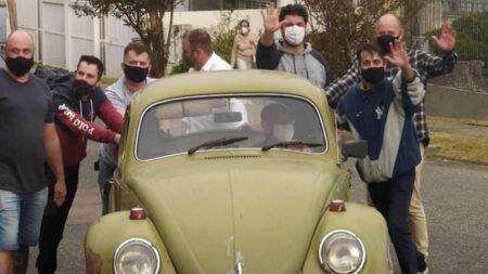 Exalumnos agradecen a su profesor comprando su antiguo VW 1972 que vendía por problemas económicos