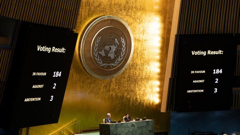 Fotografía cedida por la ONU donde se muestra el panel con los resultados de la votación sobre el fin del embargo a Cuba celebrada hoy miércoles en la sede del organismo internacional en Nueva York, EE. UU. (EFE/Eskinder Debebe)