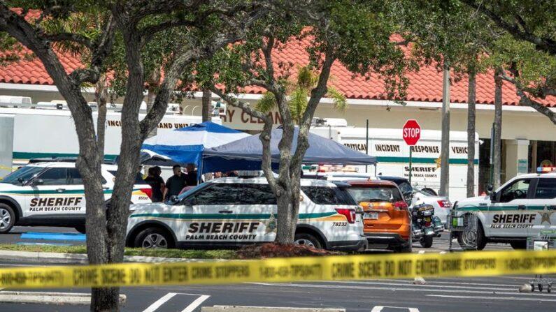 Oficiales de policía de Palm Beach son vistos en la escena de un tiroteo en un supermercado Publix en Royal Palm Beach, Florida, Estados Unidos. EFE/EPA/Cristobal Herrera-Ulashkevich