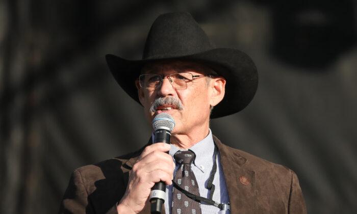 El representante republicano de Arizona Mark Finchem en la Explanada Nacional en Washington el 12 de diciembre de 2020. (Samira Bouaou/The Epoch Times)