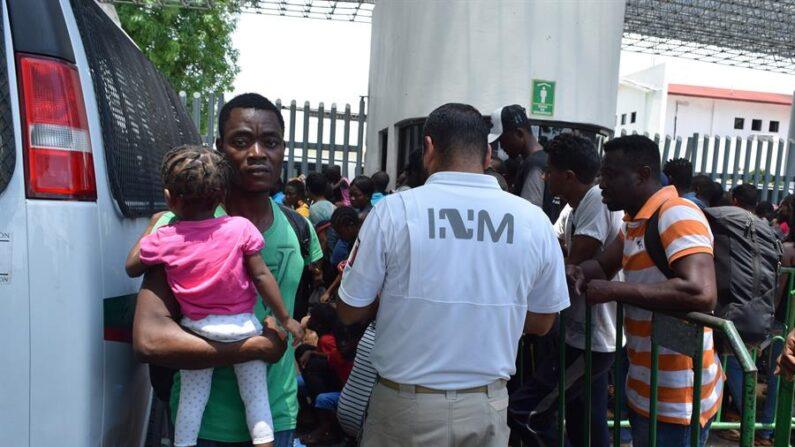 Un total de 108 migrantes centroamericanos que viajaban hacinados en un autobús fueron interceptados por autoridades mexicanas en Chiapas. EFE/ José Torres/Archivo