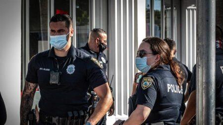Un ladrón usa repelente para osos para robar en un centro comercial de Miami