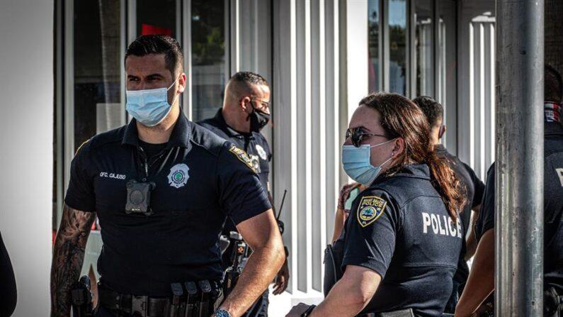 Imagen de archivo de varios agentes de policía en Miami Beach, Florida (EE.UU.). EFE/Giorgio Viera