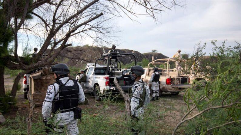 Soldados de la Guardia Nacional vigilan el área en que se produjo la inundación y el colapso de una mina en el municipio de Múzquiz, estado de Coahuila (México) el 4 de junio de 2021. EFE/Miguel Sierra