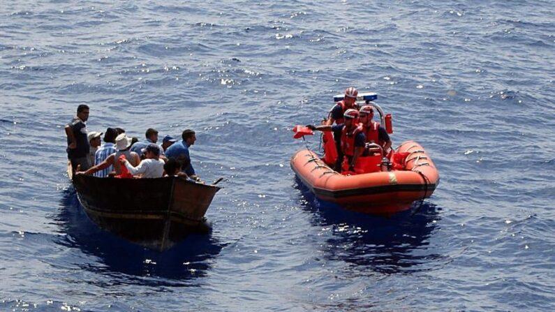 Fotografía del 18 de mayo, 2007 divulgada por la Guardia Costera de EE.UU. que muestra el momento en que varios balseros cubanos son interceptados por los guardias estadounidenses unas 82 millas al suroeste de Cayo Hueso, Florida. EFE