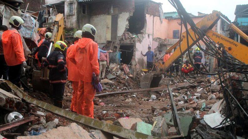 Al menos once personas murieron y 17 resultaron heridas al derrumbarse un edificio residencial sobre otro en la ciudad de Bombay, en el oeste de la India, en medio de las fuertes lluvias asociadas a la llegada del monzón. EFE/EPA/MRUGESH BANDIWADEKAR