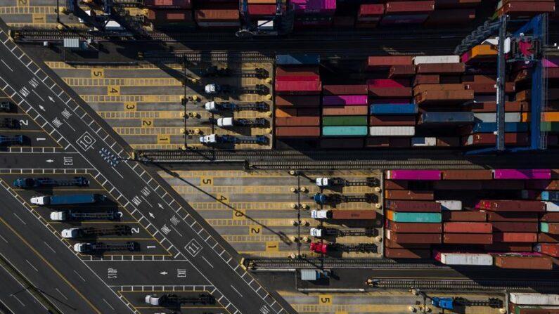 Fotografía hecha con un dron que muestra camiones y contenedores en la Terminal Marítima Port Jersey, en Jersey City, Estados Unidos. EFE/ Justin Lane/Archivo