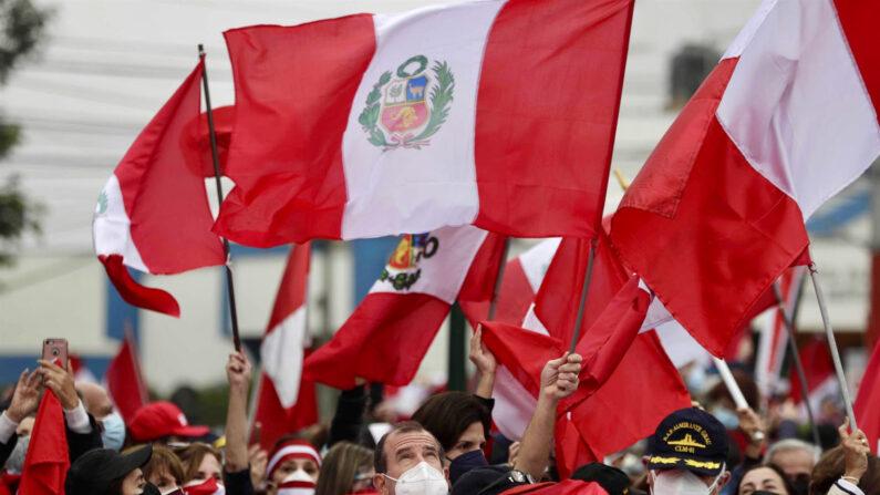 Personal retirado de las fuerzas armadas y la policía y familiares se manifiestan contra un supuesto fraude electoral hoy, en Lima, Perú. (EFE/Paolo Aguilar)