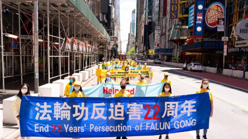 Los practicantes de la disciplina espiritual Falun Gong realizan un desfile en Nueva York para celebrar el Día Mundial de Falun Dafa y protestar por la actual persecución del grupo por parte del Partido Comunista Chino en China, el 13 de mayo de 2021. (Larry Dai/The Epoch Times)