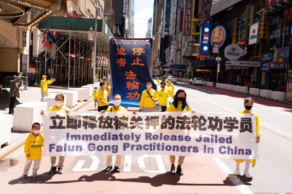 Agencia similar a la Gestapo impone lavado de cerebro de un mes a practicantes de Falun Gong en China