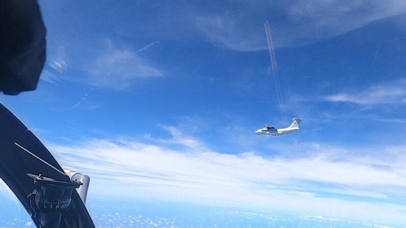 Foto facilitada por la Real Fuerza Aérea de Malasia el 1 de junio de 2021 muestra el avión militar chino 'Ilyushin Il-76' visto después de ser detectado en el espacio aéreo de la Zona Marítima de Malasia en Kota Kinabalu, estado de Sabah, Malasia, el 30 de mayo de 2021. EFE/EPA/Fuerza Aérea Real de Malasia