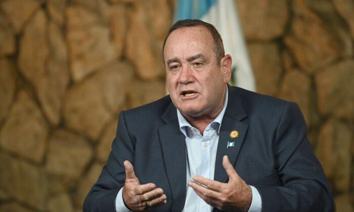 El entonces presidente electo Alejandro Giammattei habla durante una entrevista con la AFP en Ciudad de Guatemala, Guatemala, el 12 de agosto de 2019. (Johan Ordóñez/AFP vía Getty Images)