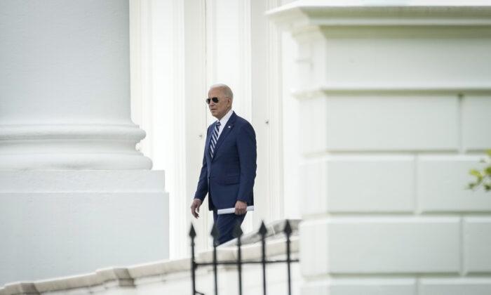 El presidente Joe Biden sale de la Casa Blanca por el Pórtico Norte el 28 de mayo de 2021. (Drew Angerer/Getty Images)