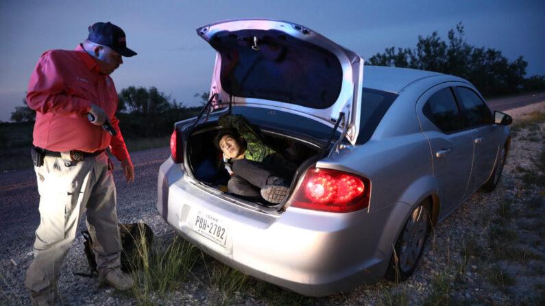 El alguacil del condado de Kinney, Steve Gallegos, y los agentes del alguacil del condado de Kinney arrestan a un contrabandista y a siete extranjeros ilegales de Guatemala cerca de Brackettville, Texas, el 25 de mayo de 2021. (Charlotte Cuthbertson/The Epoch Times)