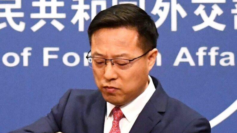 El portavoz del Ministerio de Relaciones Exteriores de China, Zhao Lijian, empaca sus notas después de hablar en la conferencia de prensa diaria en Beijing el 8 de abril de 2020. (Greg Baker/AFP a través de Getty Images)
