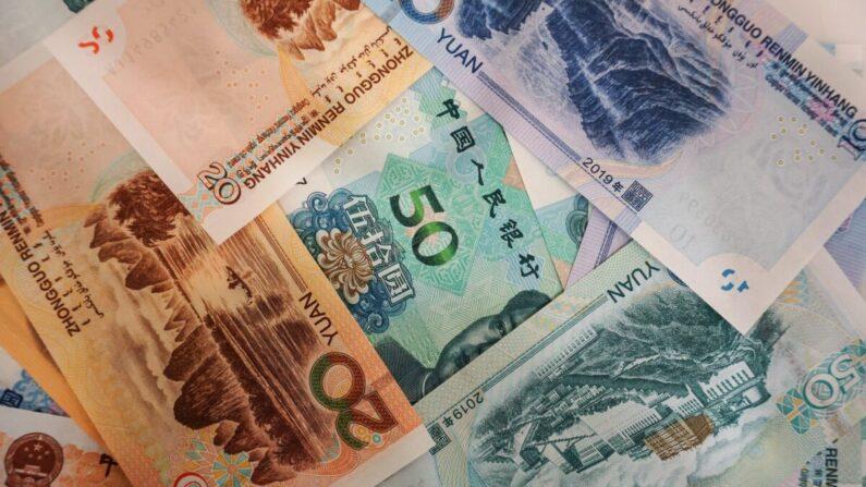 Billetes de yuanes chinos se ven en una mesa en un mostrador de un banco en Hangzhou, China, el 30 de agosto de 2019. (STR/ AFP vía Getty Images)