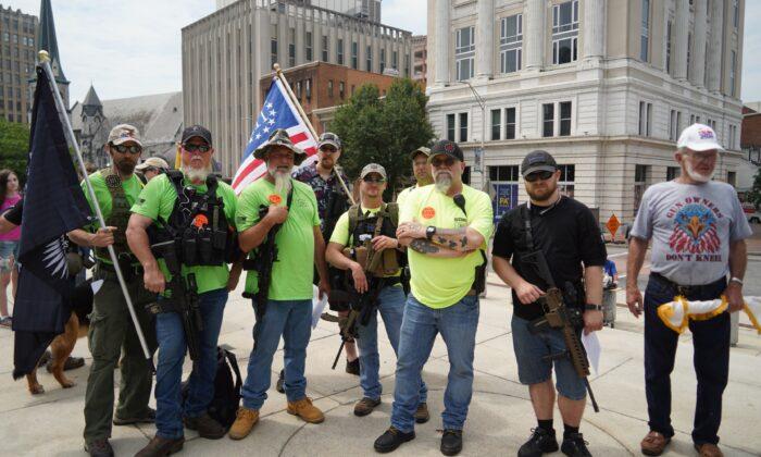 Cientos de personas se reunieron frente al Capitolio del Estado de Pensilvania para la manifestación por el derecho a poseer y portar armas, en Harrisburg, Pensilvania, el 7 de junio de 2021. (Shenghua Song/NTD)