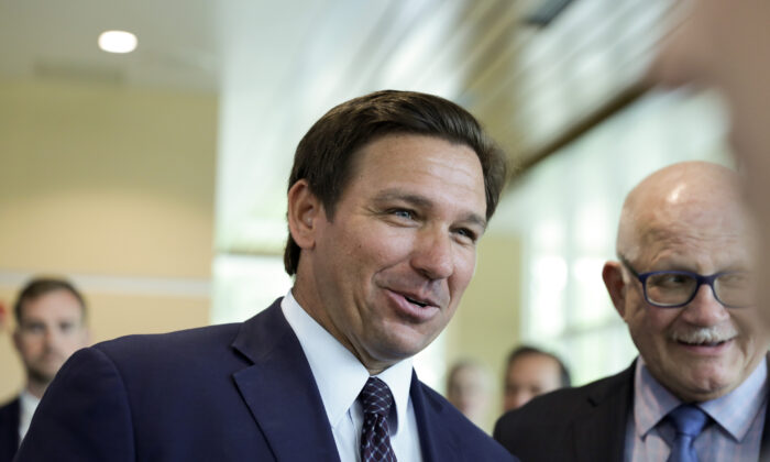 Gobernador de Florida indulta a los infractores de normas sobre distanciamiento social y mascarillas