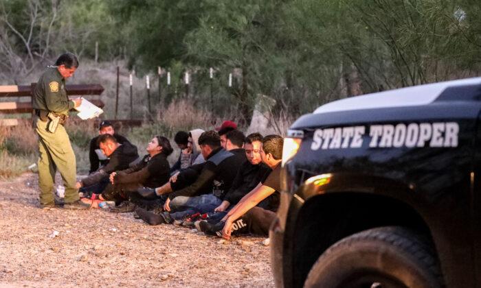 La Patrulla Fronteriza detiene a un grupo de inmigrantes ilegales en Peñitas (Texas) el 10 de mayo de 2021. (Charlotte Cuthbertson/The Epoch Times)