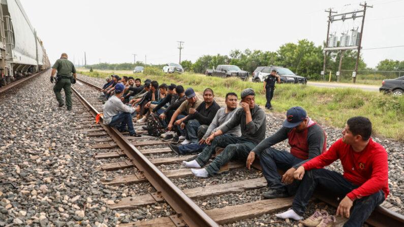 Los agentes de la Patrulla Fronteriza arrestan a 21 extranjeros ilegales de México que se habían escondido en una tolva de granos en un tren de carga que se dirigía a San Antonio, cerca de Uvalde, Texas, el 21 de junio de 2021. (Charlotte Cuthbertson/The Epoch Times)
