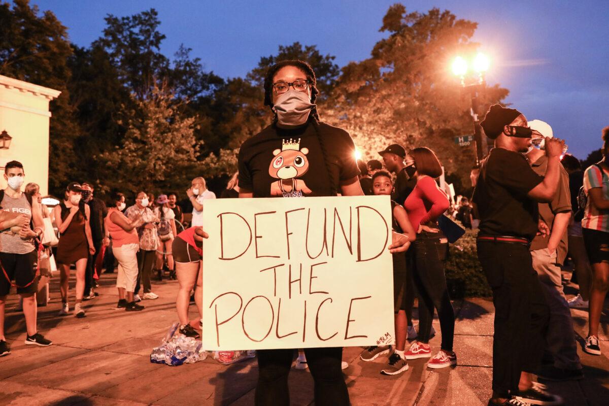 """Movimiento """"Desfinanciar la Policía"""" tiene otra agenda y no es detener asesinato de negros: Expolicía"""