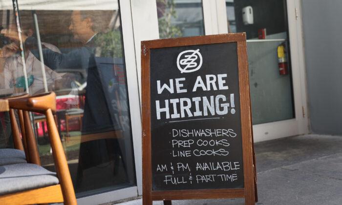 Un cartel con ofertas laborales frente al restaurante Buya en Miami (Florida) el 5 de marzo de 2021. (Joe Raedle/Getty Images)