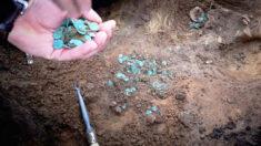 Arqueólogos descubren miles de monedas medievales en el campo de un agricultor en Hungría