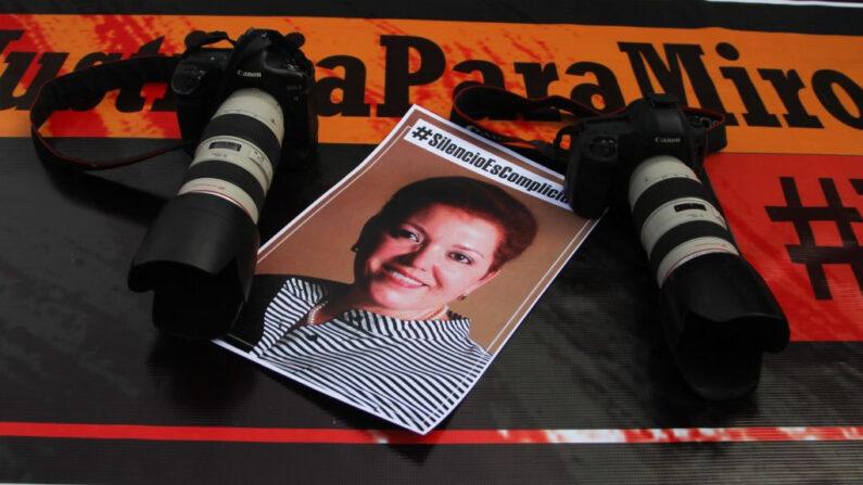 Imagen tomada durante una manifestación de periodistas con motivo del segundo aniversario del asesinato de la colega mexicana Miroslava Breach, frente a la sede del gobierno estatal en Ciudad Juárez, estado de Chihuahua, México, el 23 de marzo de 2019. (Herika Martinez/AFP vía Getty Images)