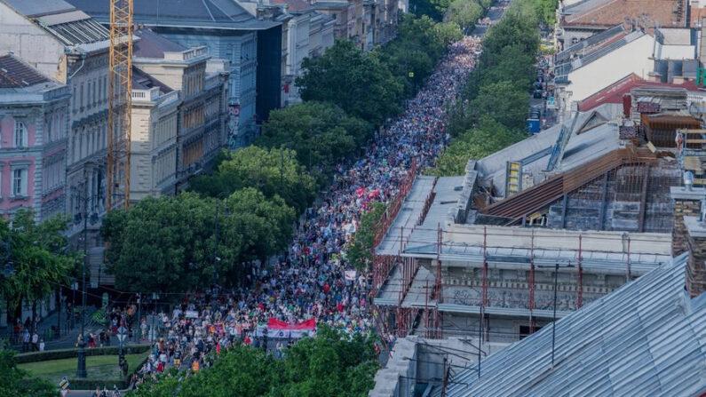 Miles de personas se reunieron este sábado 5 de junio de 2021, a pesar de las restricciones, en el centro de Budapest (Hungría) para protestar contra los planes del Gobierno de permitir la apertura de una universidad estatal china en la ciudad. EFE/EPA/Zoltan Balogh