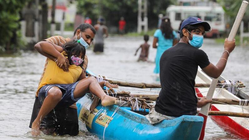 Las víctimas mortales se produjeron durante algo más de las últimas 24 horas en diferentes puntos de la isla, mientras las operaciones de búsqueda de los cinco desaparecidos continuan en tres distritos, informó el Centro de Gestión de Desastres (DMC). EFE/EPA/CHAMILA KARUNARATHNE
