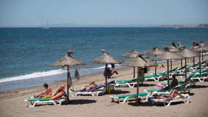 Turistas tomando el sol en la playa de Marbella el 7 de junio de 2021 en Marbella (España). (Jorge Guerrero/AFP vía Getty Images)