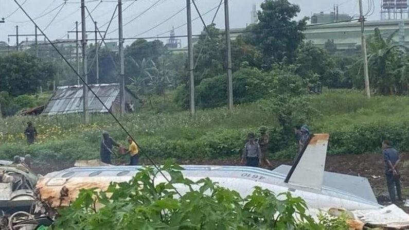 Al menos doce personas perdieron la vida este jueves 10 de junio, entre ellos oficiales del Ejército, en un accidente de un avión de transporte de las Fuerzas Armadas de Birmania cerca de la ciudad de Mandalay, informan medios locales. EFE/EPA/Ministerio de Información de Birmania