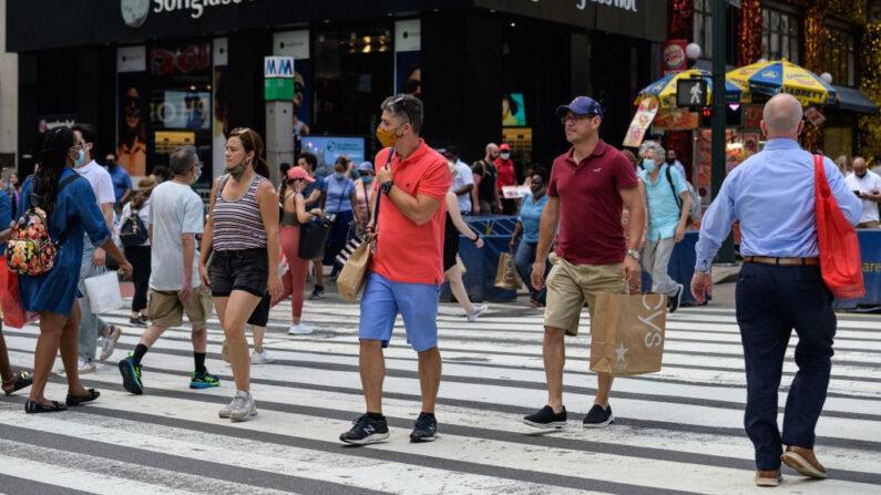 La gente camina por Herald Square el 7 de junio de 2021 en la ciudad de Nueva York (EE.UU.). (Angela Weiss / AFP vía Getty Images)
