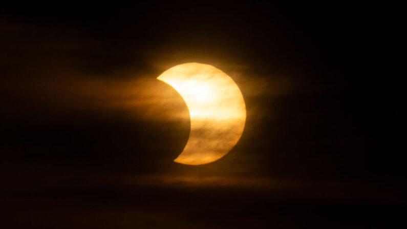 Un sol eclipsado sale sobre la ciudad de Nueva York el 10 de junio de 2021 visto desde Jersey City, Nueva Jersey (EE.UU.). (Kena Betancur / AFP vía Getty Images)