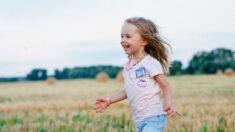 """""""Puedo hacerlo todo"""": el lema de una niña sin pierna que hace lo imposible para trepar y jugar"""