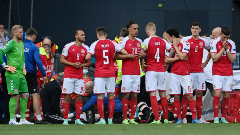 Los jugadores de Dinamarca rodean a Christian Eriksen (oculto) de Dinamarca mientras recibe tratamiento médico durante el partido del Grupo B del Campeonato de la UEFA 2020 entre Dinamarca y Finlandia el 12 de junio de 2021 en Copenhague, Dinamarca. (Stuart Franklin/Getty Images)