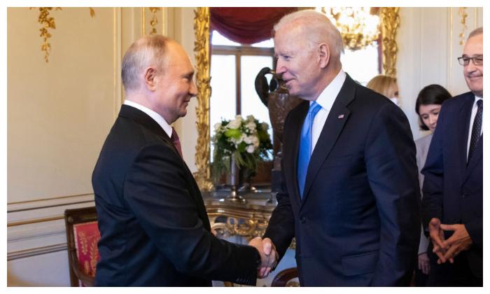El presidente estadounidense Joe Biden y el presidente ruso Vladimir Putin se dan la mano durante la cumbre Estados Unidos-Rusia en Villa La Grange el 16 de junio de 2021 en Ginebra, Suiza. (Peter Klaunzer-Pool/Keystone a través de Getty Images)